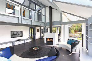 house-3009-der-wohnraum-ist-offen-bis-unter-den-verglasten-first-der-kamin-trennt-die-wohnraumerweiterung-ab-1