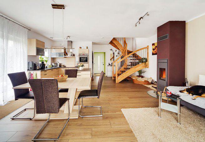 house-3014-der-grosszuegige-wohn-ess-bereich-der-familie-breite-fenstertueren-fuehren-hinaus-in-den-garten-f-1