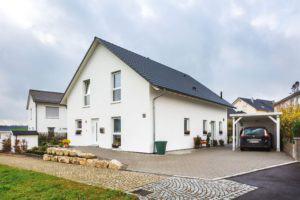 house-3014-mit-klassischem-satteldach-und-schlichter-fassade-schlaegt-das-generationenhaus-den-bogen-zwische-2