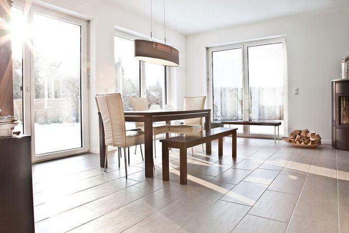 house-3016-bodentiefen-fenster-des-erdgeschosses-lassen-fast-ganztags-die-sonne-hinein-foto-gussek-haus-2