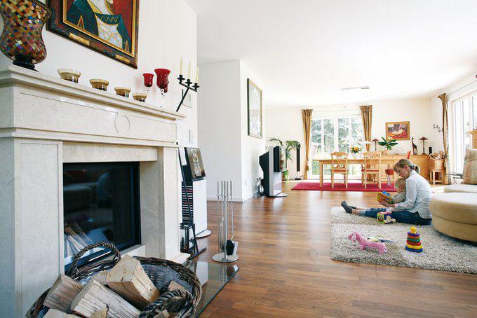 house-549-der-elegante-und-zugleich-robuste-einzelstab-parkettboden-ist-aus-walnuss-stadtvilla-von-haacke-2