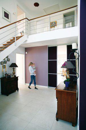 house-549-die-schiebe-wandloesung-zwischen-diele-und-wohn-bereich-hebt-die-gross-zuegigkeit-nicht-auf-stadt-2
