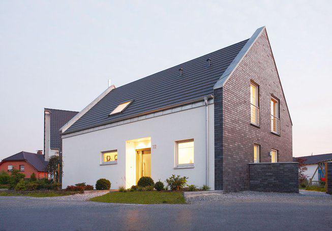 house-608-wie-zwei-haende-umfassen-die-verklinkerten-giebel-waende-den-verputzten-baukoerper-architektenent-1