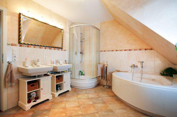 house-710-das-bad-der-eltern-ist-von-deren-schlafzimmer-aus-zugaenglich-die-beiden-geschwister-haben-ein-ei-1