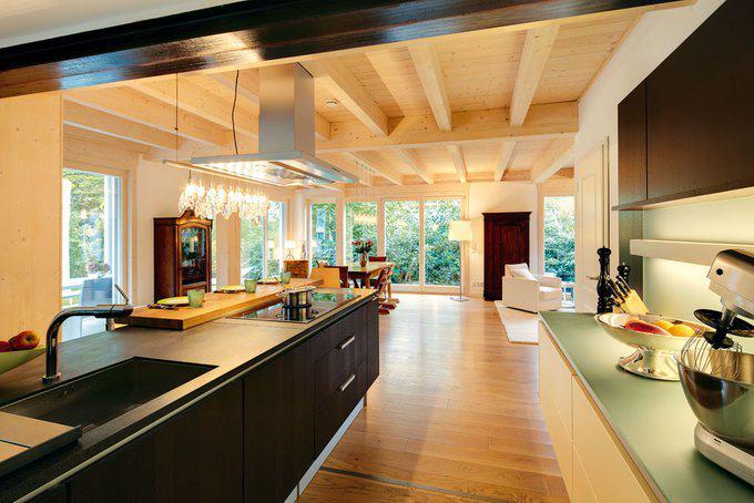 Modernisiertes satteldach haus mit anbau von sonnleitner for Haus anbau modern