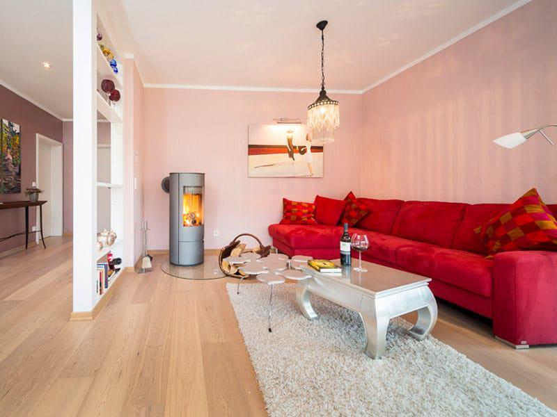 Wohnzimmer des Bungalows Kilburg in Wintrich an der Mosel. (Foto: Hans-Rudolf Schulz)