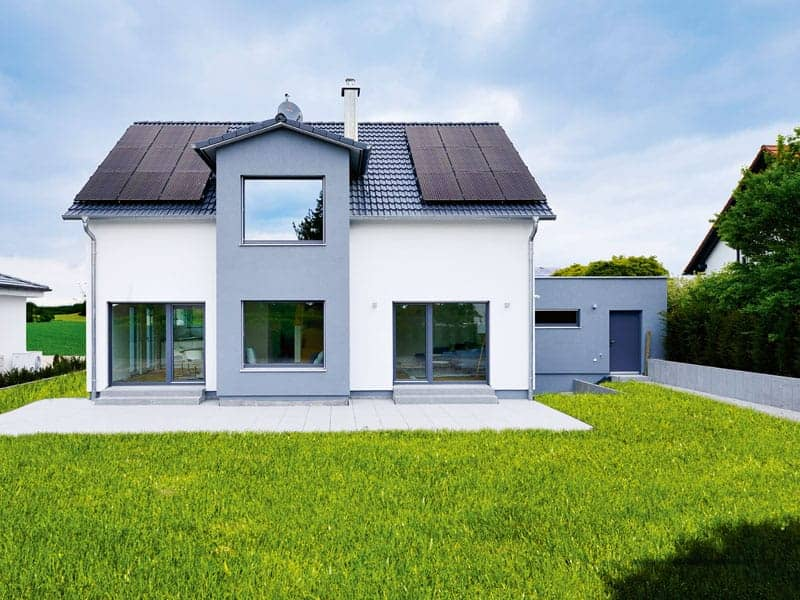 Musterhaus LIFE von Fertighaus Weiss Außenansicht Gartenseite