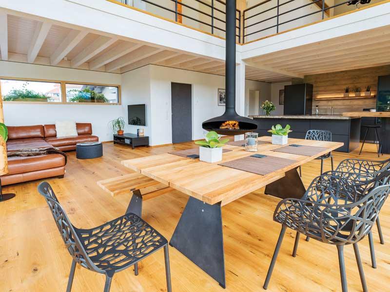 großzügiger Wohn-Ess-Bereich im Öko-Designhaus Kaiser von Baufritz
