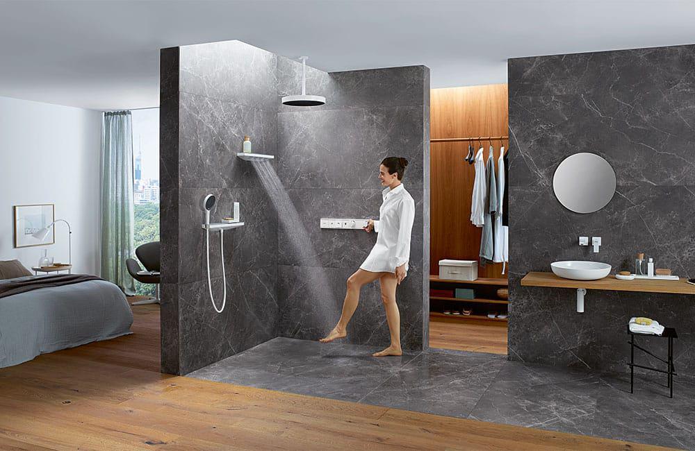 Die neue Art des Duschens: mit Handbrause, Schulter- und Regendusche (Rainfinity von hansgrohe).