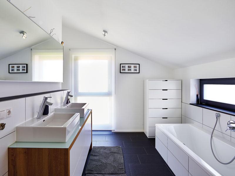 Badezimmer mit Schrägen im Haus Hoheneck von Gussek Haus