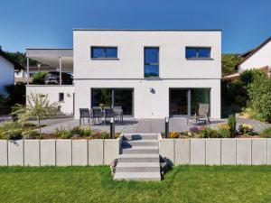 Außenfassade plus Garten des Kundenhauses Schneider-Boehm von Fertighaus Weiss