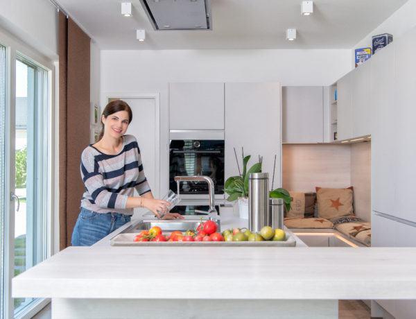 Musterhaus-Küche mit gemütlicher Sitzecke