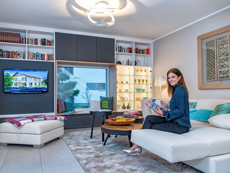 Mehr als nur ein Fernsehzimmer: Der Wohnbereich mit angesagtem Sitzfenster lädt auch zum Lesen und Entspannen ein. Musterhaus von SchwörerHaus im Ungerpark Dresden