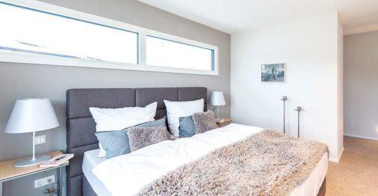 Wer das Bett unter ein Fenster setzt, kann sich morgens von der Sonne wecken lassen.