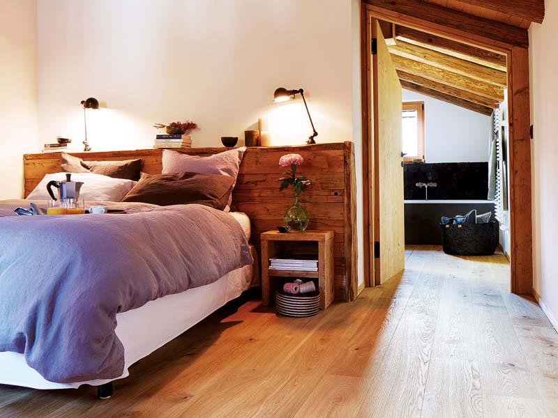 Hier wurde das Bett passgenau an die Breite der Wand angepasst.