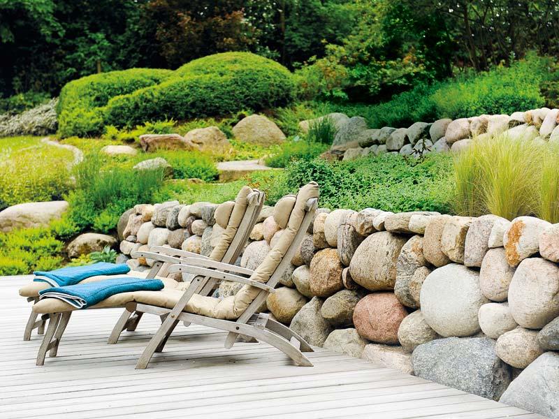 Große Steine für den Garten: Natursteinmauer mit großen, runden Steinen