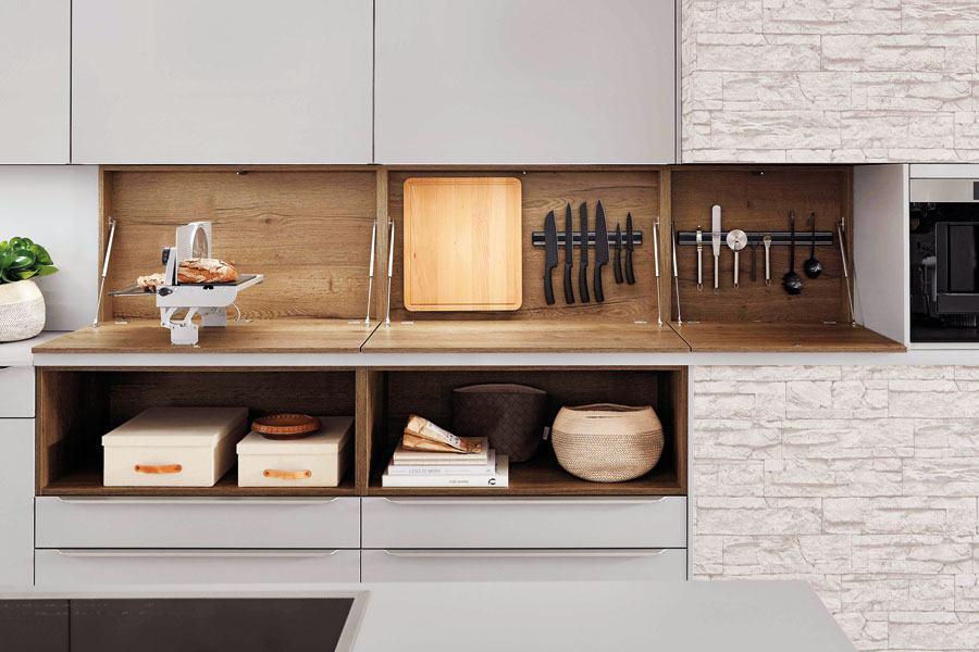 Stauraum hinter Klapptüren in der Küche