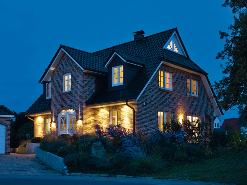 Haus Denker von Baumeister-Haus. Außenansicht bei Nacht