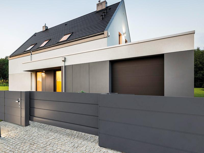 Blickdichter Metallzaun vor Haus